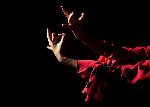 Flamencatänzer, der hände auf schwarzem hintergrund zeigt