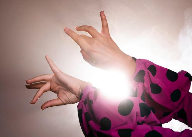 Flamencatänzer, der würdevoll hände bewegt