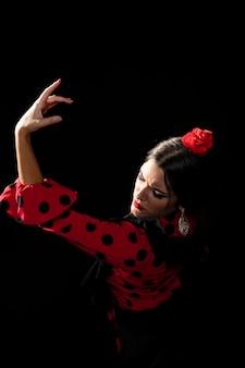 Flamencatänzer des hohen winkels, der arm hält