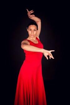 Flamenco-frau, die rotes kleid trägt und sevillian schritt ausführt