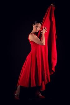 Flamenco-frau, die rotes kleid trägt