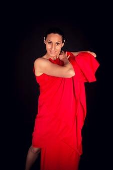 Flamenco-frau im roten kleid, das kamera betrachtet