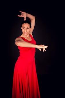 Flamenco-frau im roten kleid, das zur seite schaut