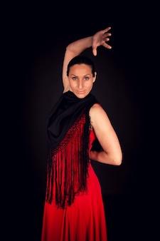 Flamenco-frau im roten kleid mit einer hand nach oben
