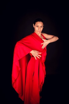 Flamenco-frau im roten kleid tanzen