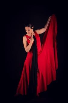 Flamenco-frau im roten kleid und blick auf den boden