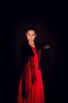 Flamenco-frau im roten kleid und im schwarzen schal
