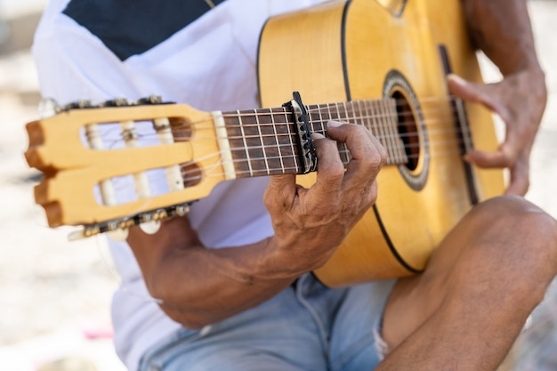 Flamencomusiker spielt spanische gitarre in granada.