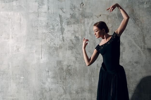 Flamencotänzerin im schwarzen kleid.