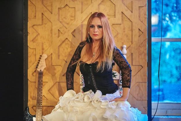 Flamencotänzerin mit rockgitarre.