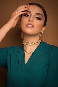 Flamencotänzerinmodell im blauen outfit und romantische aufstellung der hochsteckfrisur