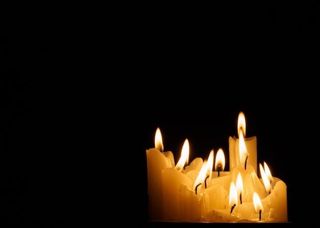 Flamme brennender kerzen im dunkeln