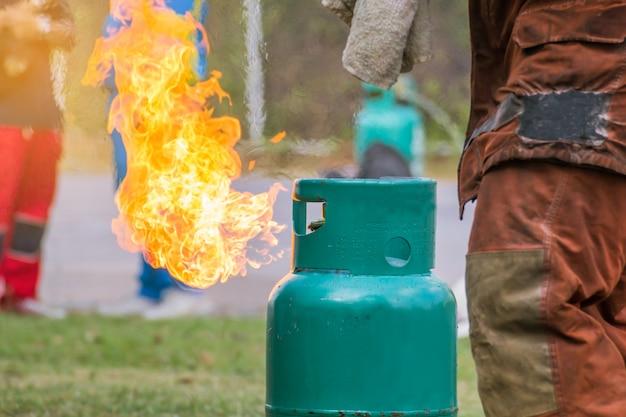 Flamme kommt aus einer gasflasche