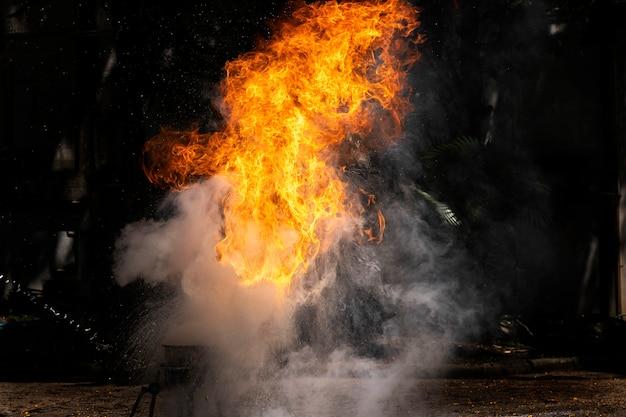 Flammen durch demonstration von wasser bei ölfeuer.