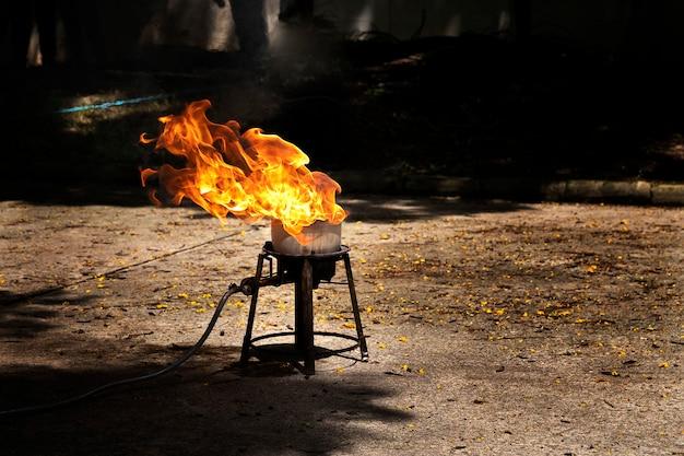 Flammen durch die explosion des öls.