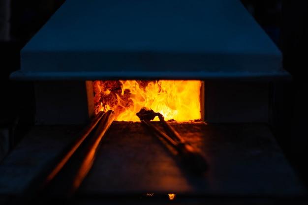 Flammen loderten in einem glasofen.