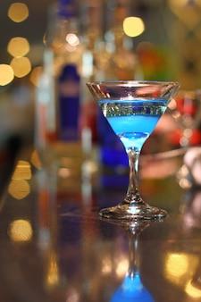 Flammender blauer mocktail-getränkehintergrund