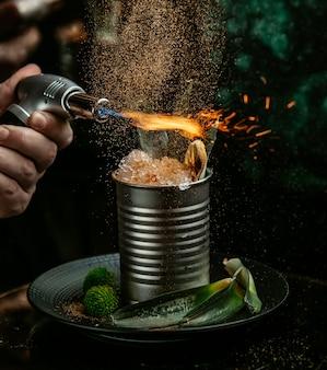 Flammendes eis auf dem tisch