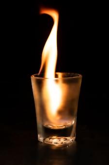 Flammendes schnapsglasbild, ästhetischer brennender feuereffekt