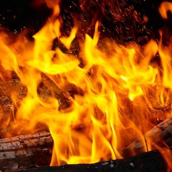 Flammenspitzen auf dem brennholz.