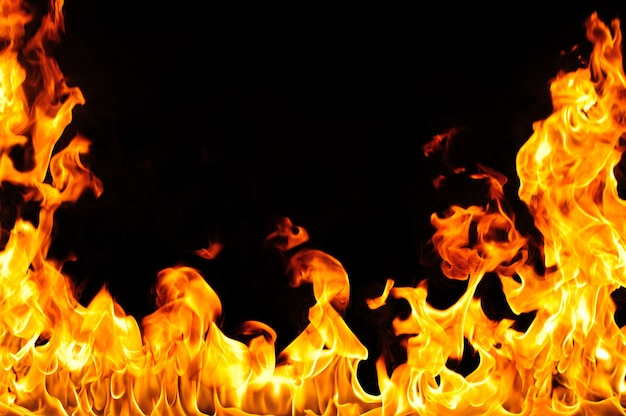 Flammenzungen steigen auf schwarz auf