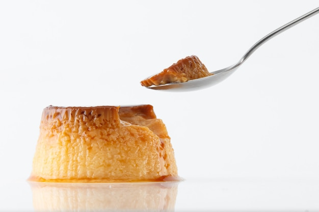 Flan dessert auf weiß