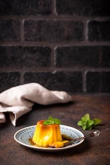 Flan oder creme karamell dessert
