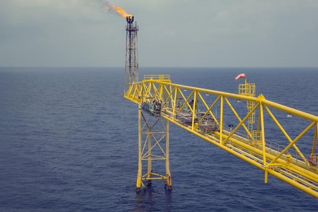 Flare boom-düse und feuer von offshore-öl-gas-bohrinsel
