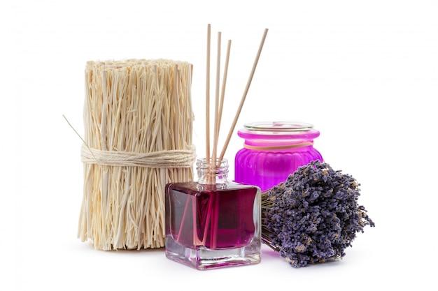 Flasche ätherisches aromaöl oder spa- oder natürliches duftöl mit trockener blume