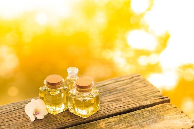 Flasche ätherisches öl oder badekurort des aromas auf holztisch, bild für alternative therapiemedizin des aromabadekurortes und meditationsaromakonzept.