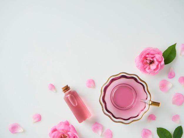 Flasche ätherisches öl und rosen