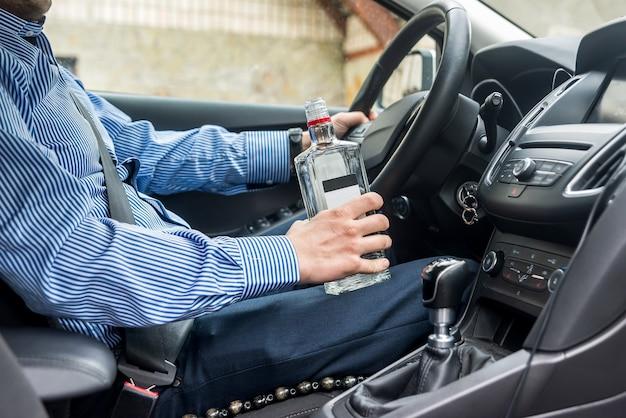 Flasche alkoholisches getränk in den händen des mannes