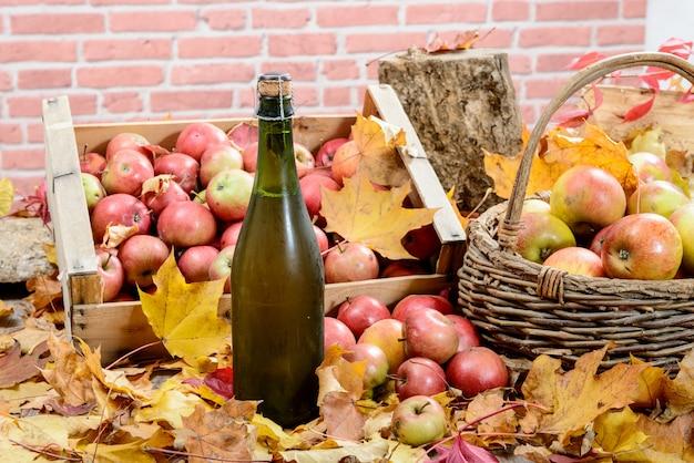 Flasche apfelwein aus der normandie mit vielen äpfeln