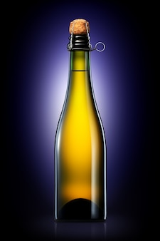 Flasche bier, apfelwein oder champagner mit beschneidungspfad isoliert auf schwarzem hintergrund mit farbverlauf