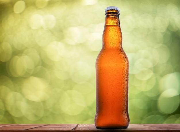 Flasche bier auf natürlichem hintergrund