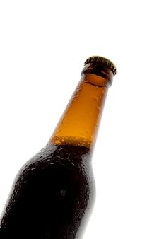 Flasche bier auf weißem hintergrund