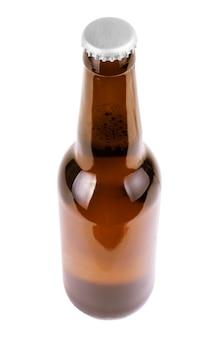 Flasche bier mit tropfen auf weißem hintergrund