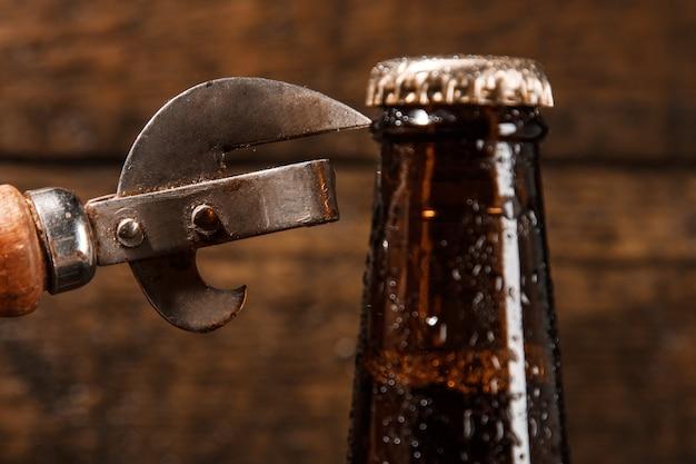 Flasche bier und weinleseöffner