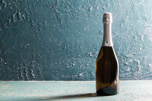 Flasche champagner auf dunklem hintergrund