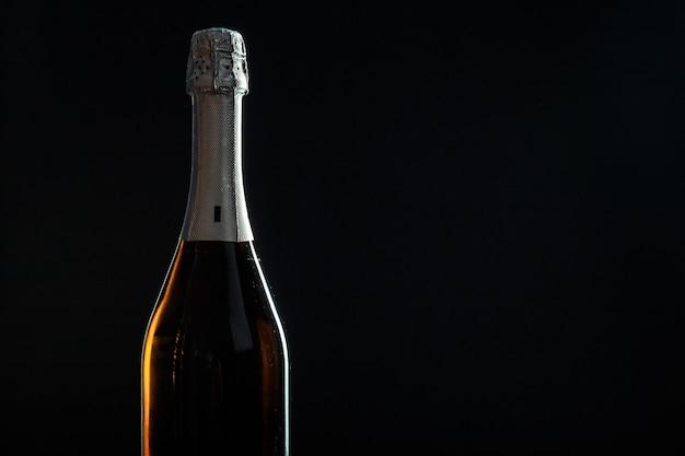 Flasche champagner auf schwarz