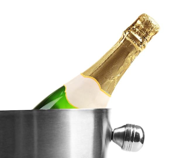 Flasche champagner im eimer, isoliert auf weiss