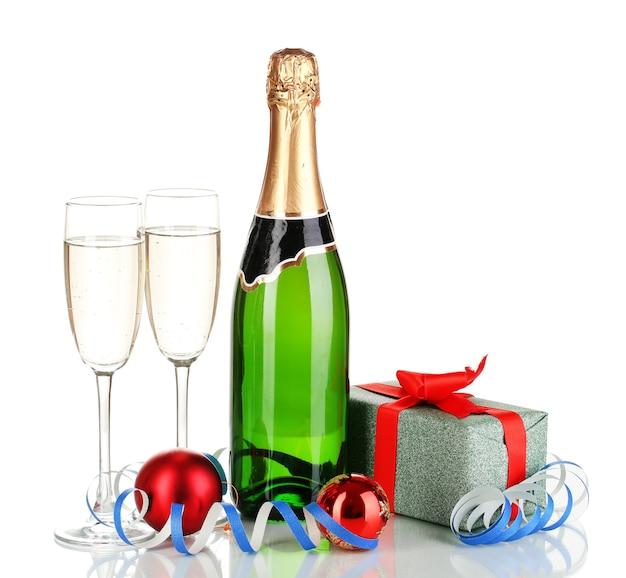 Flasche champagner mit gläsern und weihnachtskugeln isoliert auf weiß