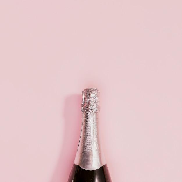 Flasche champagner mit silbernem korken an den neuen jahren