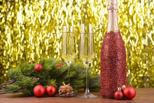 Flasche champagner mit weihnachtsdekoration auf heller oberfläche