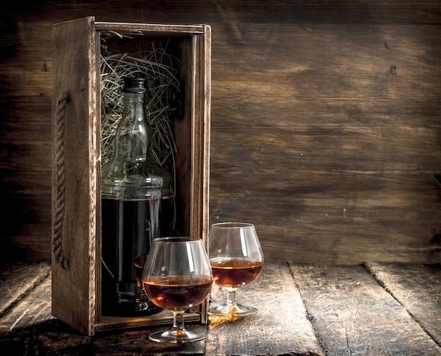 Flasche cognac in einer alten schachtel