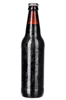 Flasche dunkles bier getrennt auf weiß