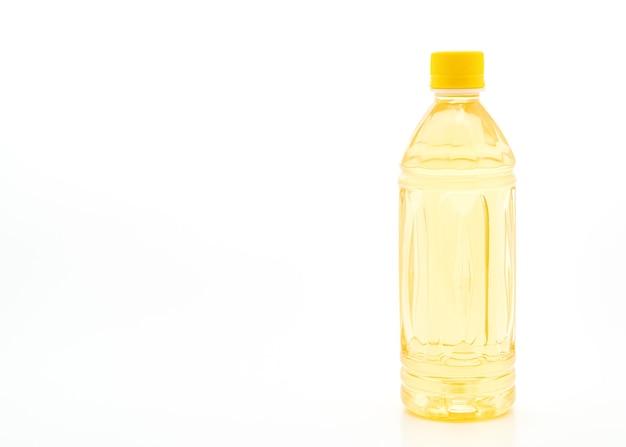 Flasche eistee auf weißem tisch