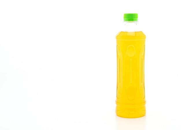 Flasche eistee und grüner tee auf weißem tisch