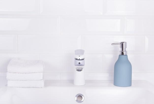 Flasche flüssigseife und stapel handtücher