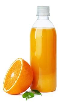 Flasche frischen orangensaft isoliert auf weiß